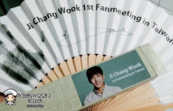The paper fan he prepared as a gift