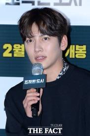 [더팩트ㅣ남용희 기자] 배우 지창욱이 31일 오후 서울 성동구 왕십리 CGV에서 열린 영화 '조작된 도시' 언론시사회에 참석해 취재진의 질문에 답변하고 있다.